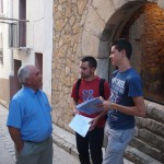 Students interviewing an inhabitant in Vistabella (2)